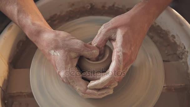 Otáčení kola a hliněné nádobí na něm keramiky váza: převzaty z výše.