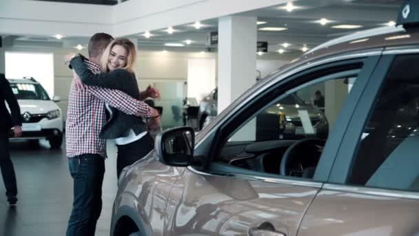 Muž překvapivé žena s novým vozem v Show Room