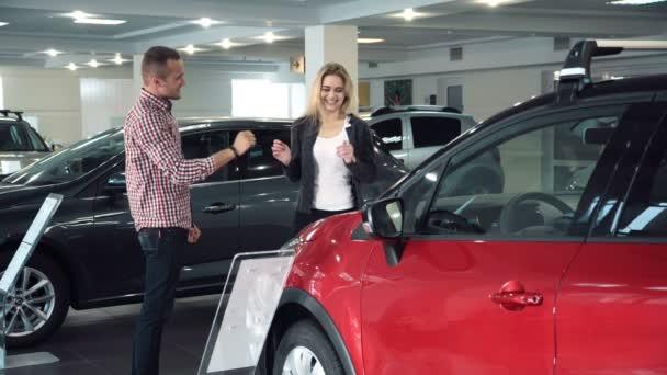 Mann überrascht Frau mit neuem Auto in Schauraum