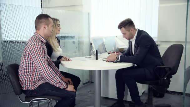 Geschäftsmakler bei einem Treffen mit Kunden