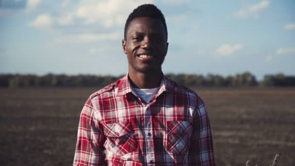 Stylový Afričan v poli