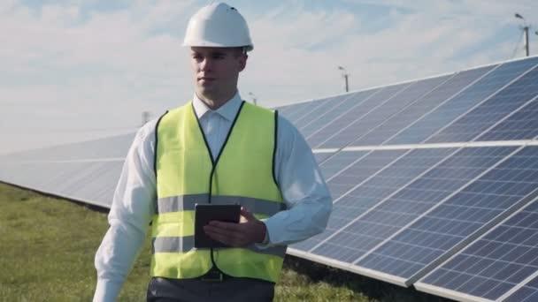 Solarpaneeltechniker mit Tablet in der Nähe
