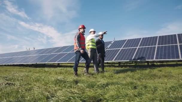 Tři inženýři a solární panely