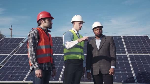 Solární panel pracovníky a správce mimo