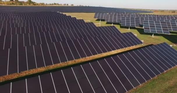 Lange Reihen von Photovoltaik-Modulen auf einem Solarpark