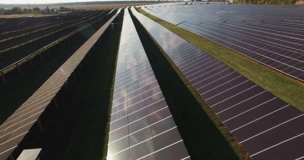 Dlouhé řádky fotovoltaických panelů na sluneční farma
