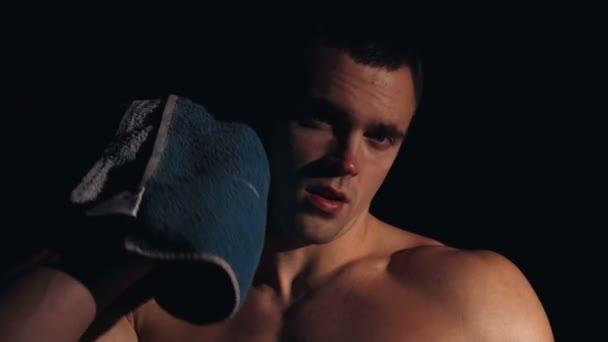 stark durchtrainierter junger Athlet beim Abschleppen in einem Fitnessstudio