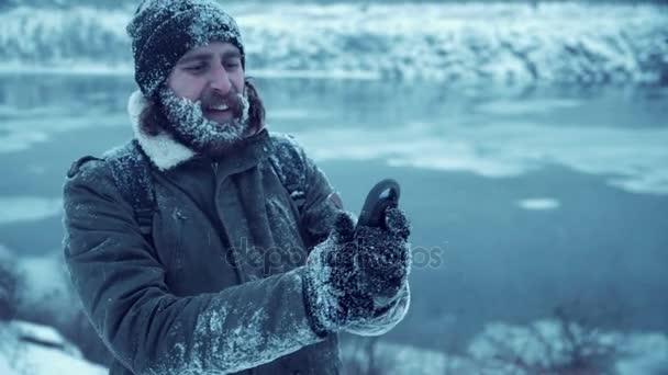 Erfrorener Mann findet Weg in Wald