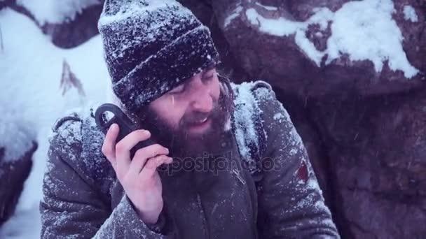 Muž s přenosné rádio ser vyhledávání signálu