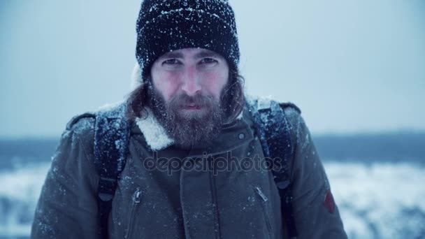 ernster Mann mit Bart im Schnee