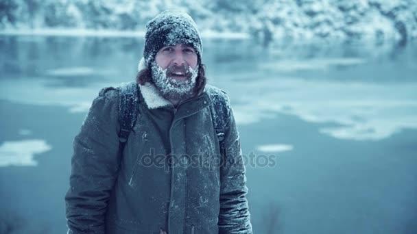 Lächelnder Mann mit Bart im Schnee