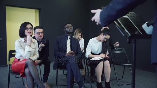 Pozorné publikum mladých v obchodním jednání