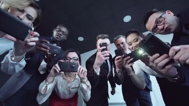 Skupina novinářů fotografovali pomocí svých chytrých telefonů
