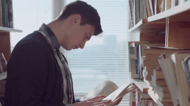 Muž hledá prostřednictvím knihy