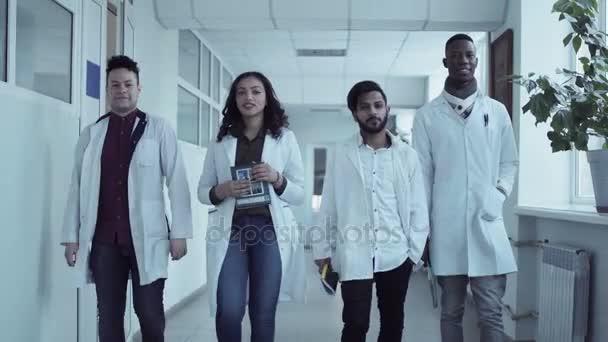 Lékařské fakultě studentům v chodbě