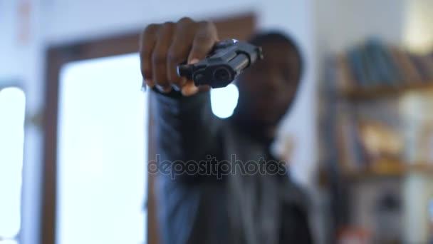 Lupič míření s pistolí