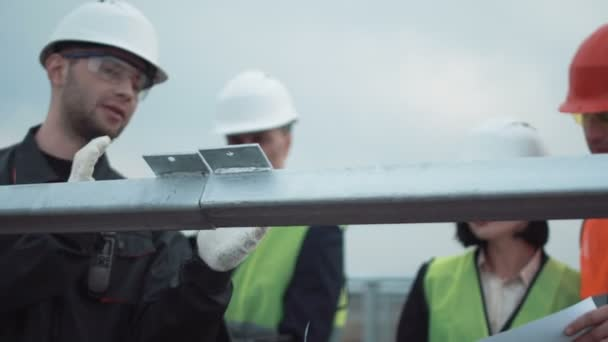Skupina inženýrů a techniků na sluneční farma