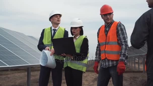 Týmu kontroly kvality instalace solárních panelů