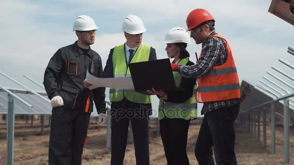 Inženýrů pracujících s plány na solární farma