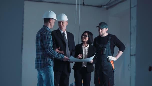 Architekten und Ingenieure diskutieren Bauplan