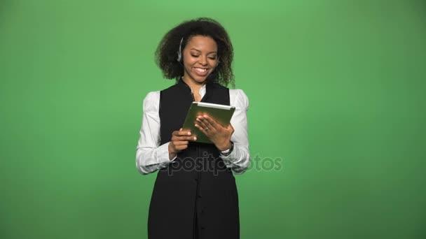 Ženskejch call centrum s tabletu a sluchátka s mikrofonem
