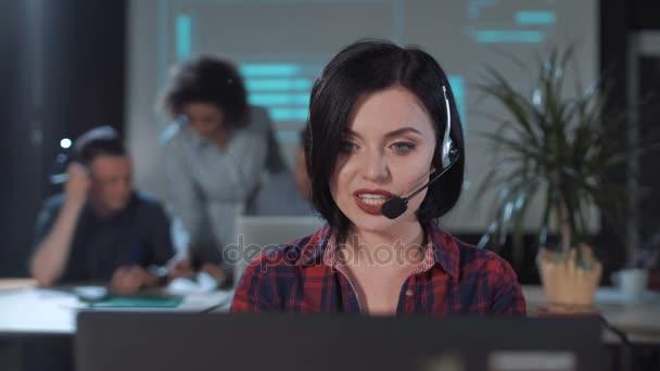 Operátor mluví ke klientovi