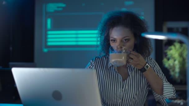 Frau trinkt Kaffee und telefoniert