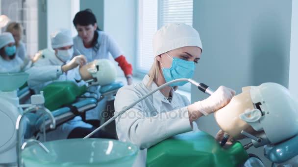 Estudiantes practicando odontología sobre maniquíes médicos — Vídeo ...