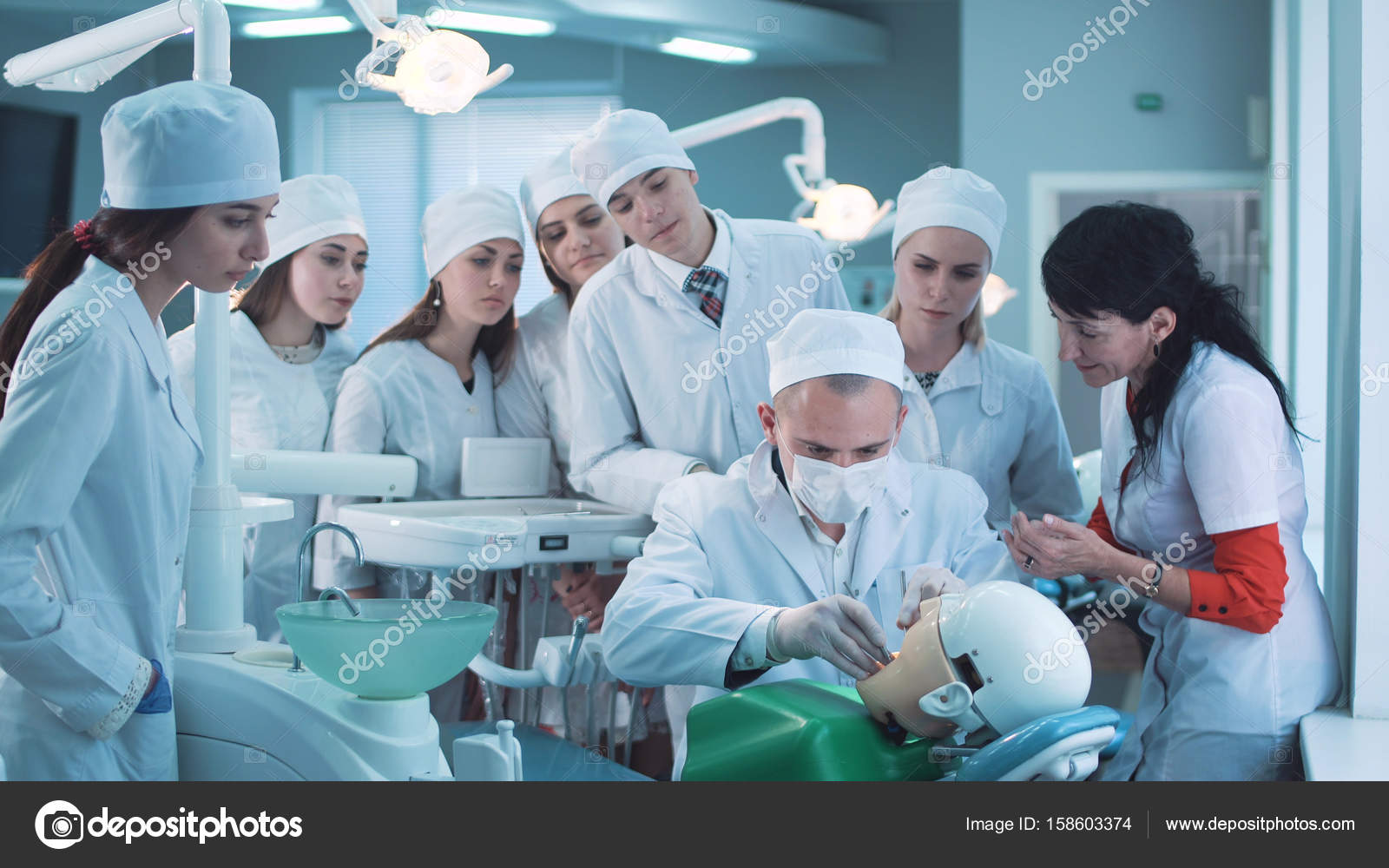 Student practicing dentistry with instructor — Stock Photo