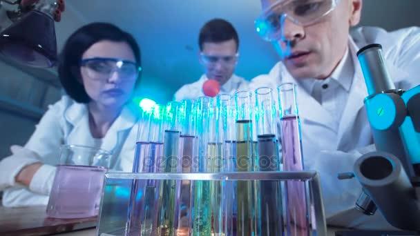Vědci sledovat reakce ve zkumavkách