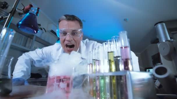 Expresivní vědec sledují reakce