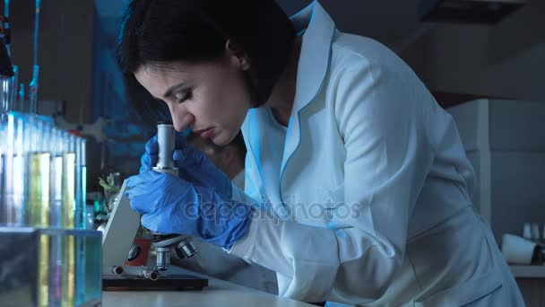 Žena pracující s malým mikroskopem