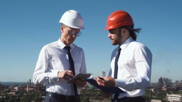 Dva mladí muži architekti nebo inženýři se vypořádat