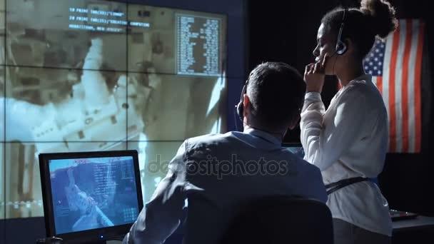Vědci v flight control center. Prvky tohoto obrázku jsou podle Nasa.