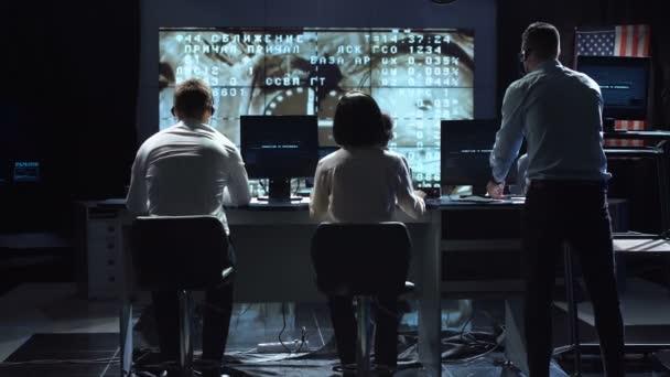 Lidé pracující v mission control center. Prvky tohoto obrázku jsou podle Nasa