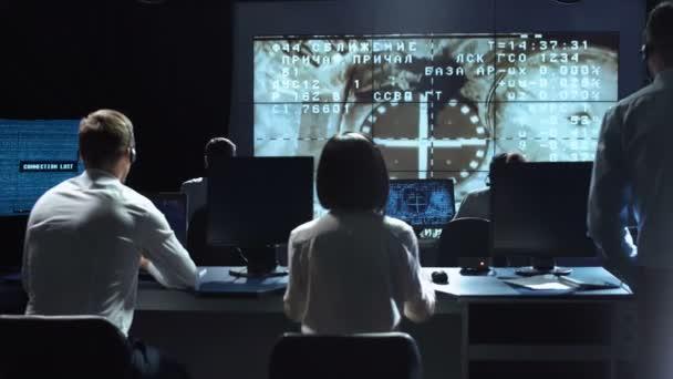 Lidé pracující v mission control center. Prvky tohoto obrázku jsou podle Nasa.