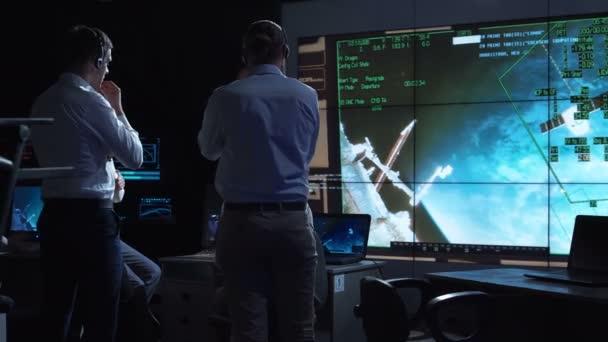 Lidé pracující v mission control center