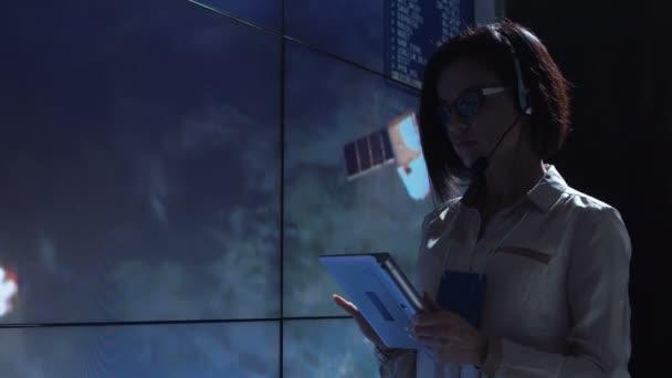 Žena v počítači v centru pro řízení letu