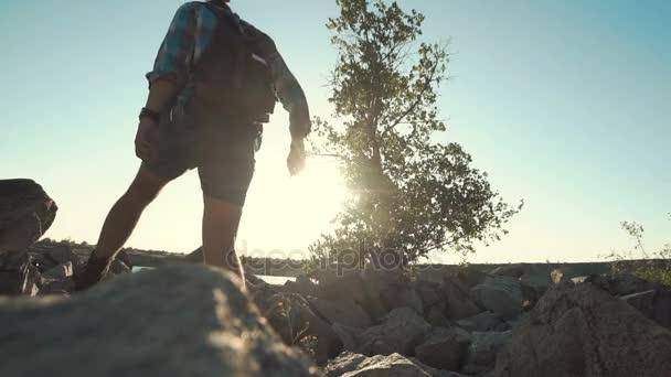 Mladí cestovatelé na skalách