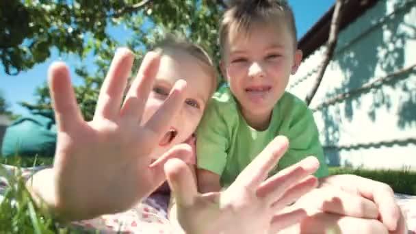 Grimasy děti vystupují na trávníku