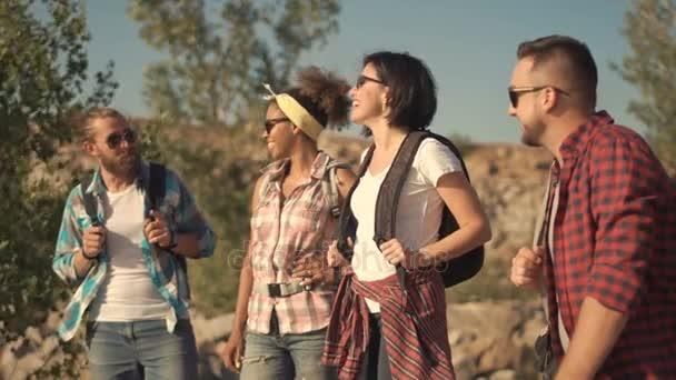 Skupina turistů hovoří o přírodě