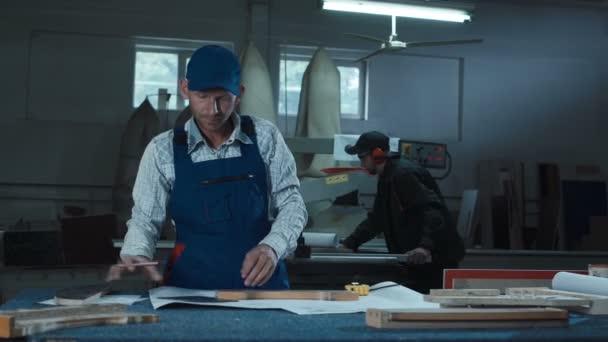 Muži, kteří pracují s detaily v truhlářství