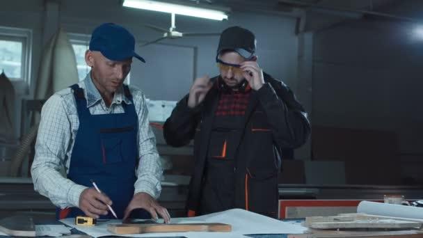 Dělníci měření detail v truhlářství