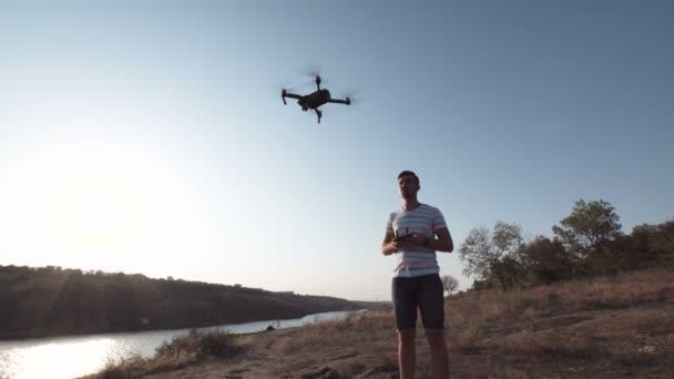 Mann setzt Drohne an Land ein