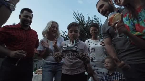Chlapec foukání svíčky na dort