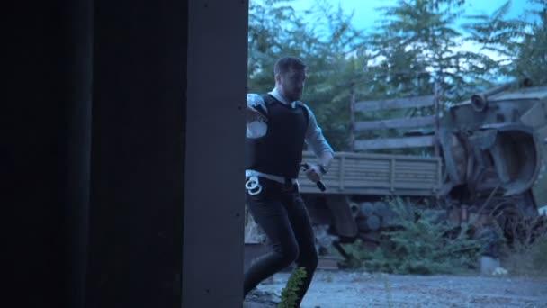 Policista s pistolí do budovy