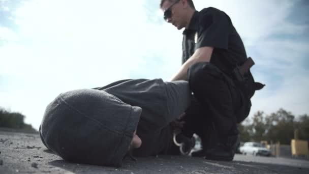 Policejní důstojník zatýkat pachatele