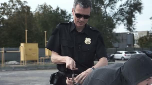 Policista zatkl zločince na parkovišti