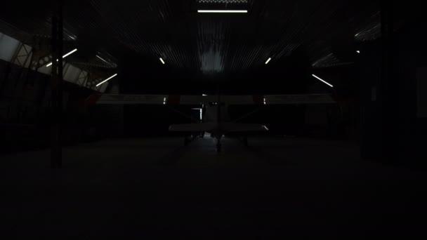 Lidé otevření dveří hangáru
