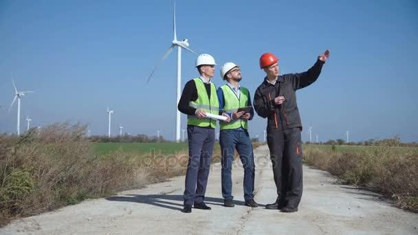 Skupina inženýrů o projektu větrný mlýn